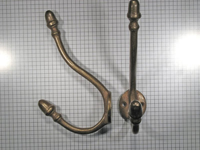 Hoed en jashaak met eikel, brons antiek